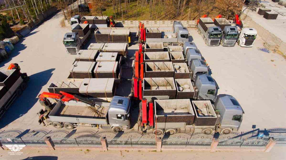 Letecký pohled na výrobu a dopravu betonových žump a septiků