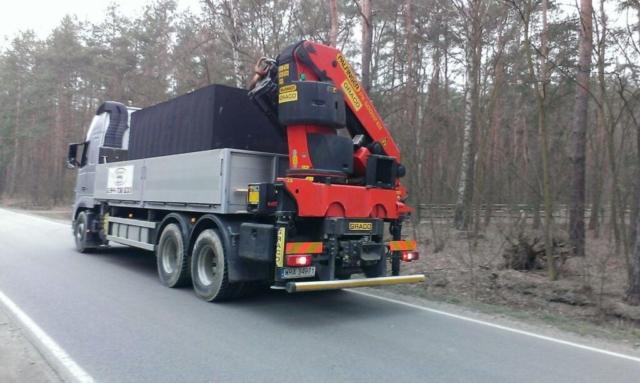 Autojeřáb s naloženou betonovou jímkou