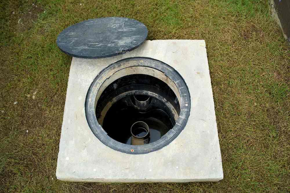 Otevřený vstup do podzemní betonové jímky