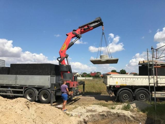Usazení betonového víka na žumpu