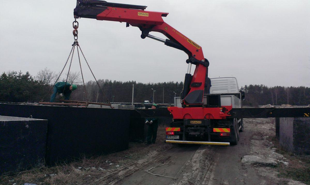 Doprava betonových nádrží vozem s hydraulickou rukou