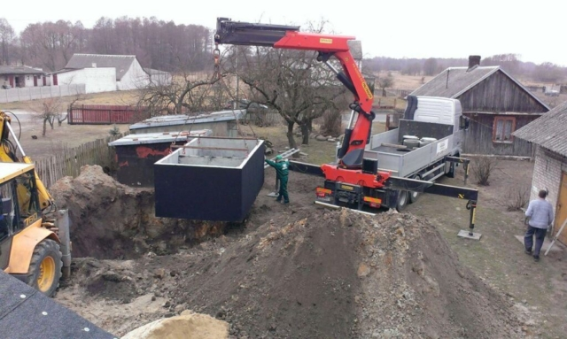 Usazování betonového septiku do výkopu