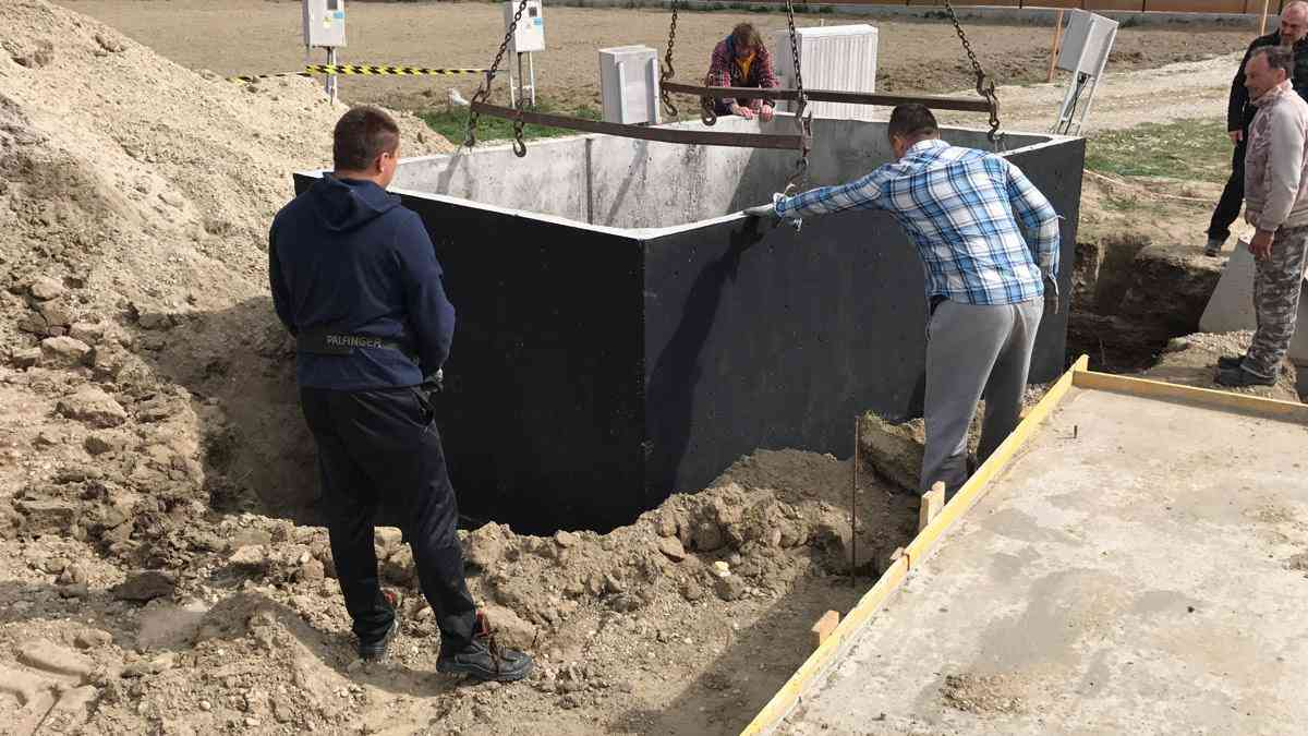 Usazení betonové žumpy do jámy jeřábem